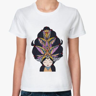 Классическая футболка Девушка с темными волосами и массивным украшением