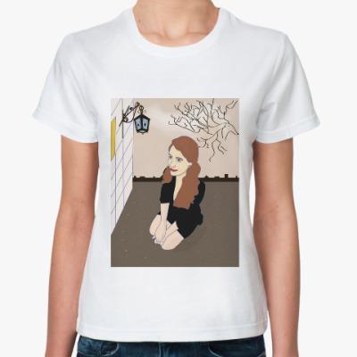 Классическая футболка девушка у домика