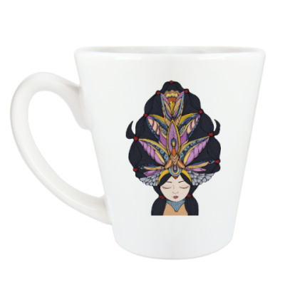 Чашка Латте Девушка с темными волосами и массивным украшением