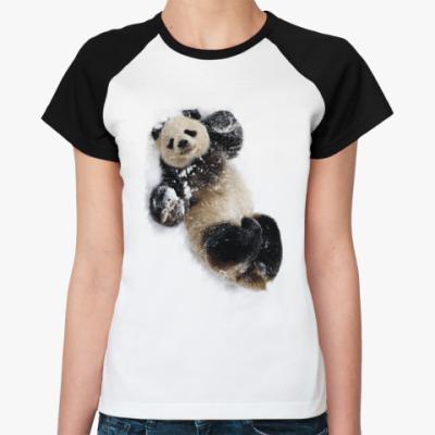 Женская футболка реглан Живая панда на снегу