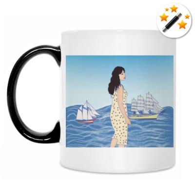 Кружка-хамелеон девушка-гигант в море