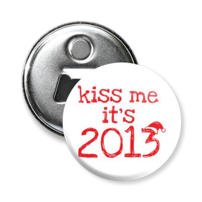 Магнит-открывашка Надпись Kiss me - it's 2013!