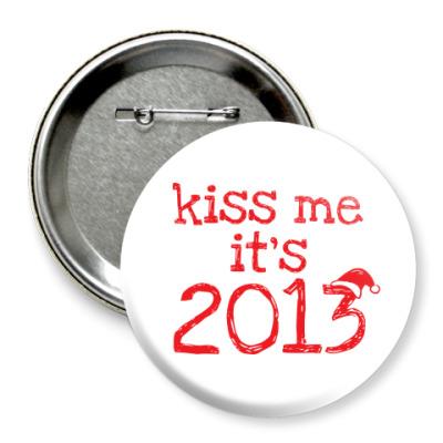 Значок 75мм Надпись Kiss me - it's 2013!