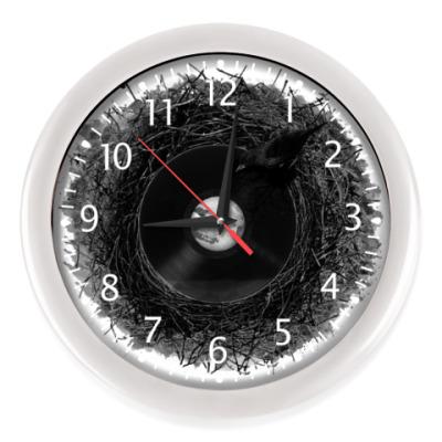 Настенные часы птичка с пластинкой слушает музыку