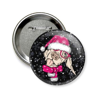 Значок 58мм Собака Санта показывает язык