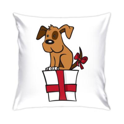 Подушка собака сидит на подарке