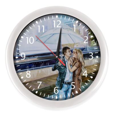Настенные часы влюбленная пара под фонтаном с зонтом акварель