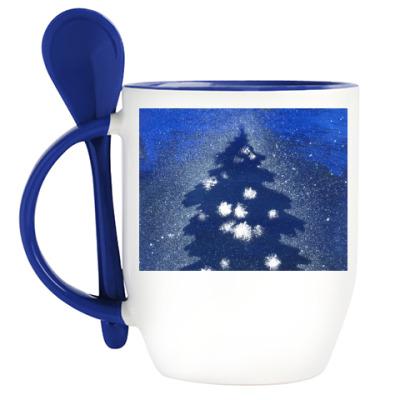 Кружка с ложкой силуэт праздничной елки на зимнем снежном фоне