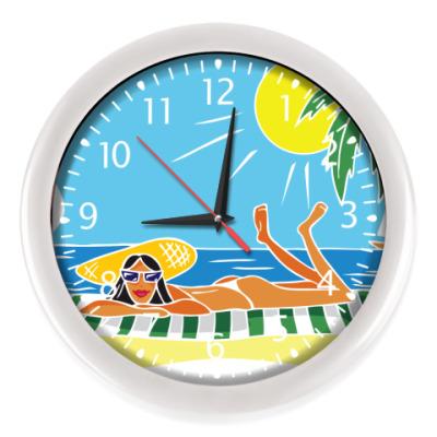 Настенные часы девушка загорает на пляже